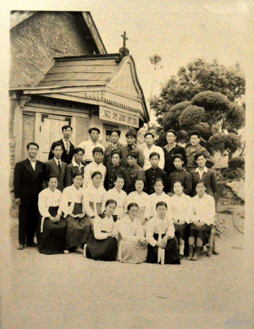 경천감리교회를 배경으로 단체 사진