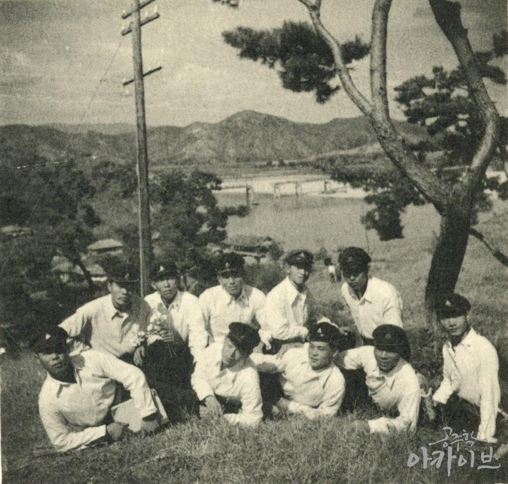 1955년 사대부고 졸업사진 - 금강교를 배경으로 2