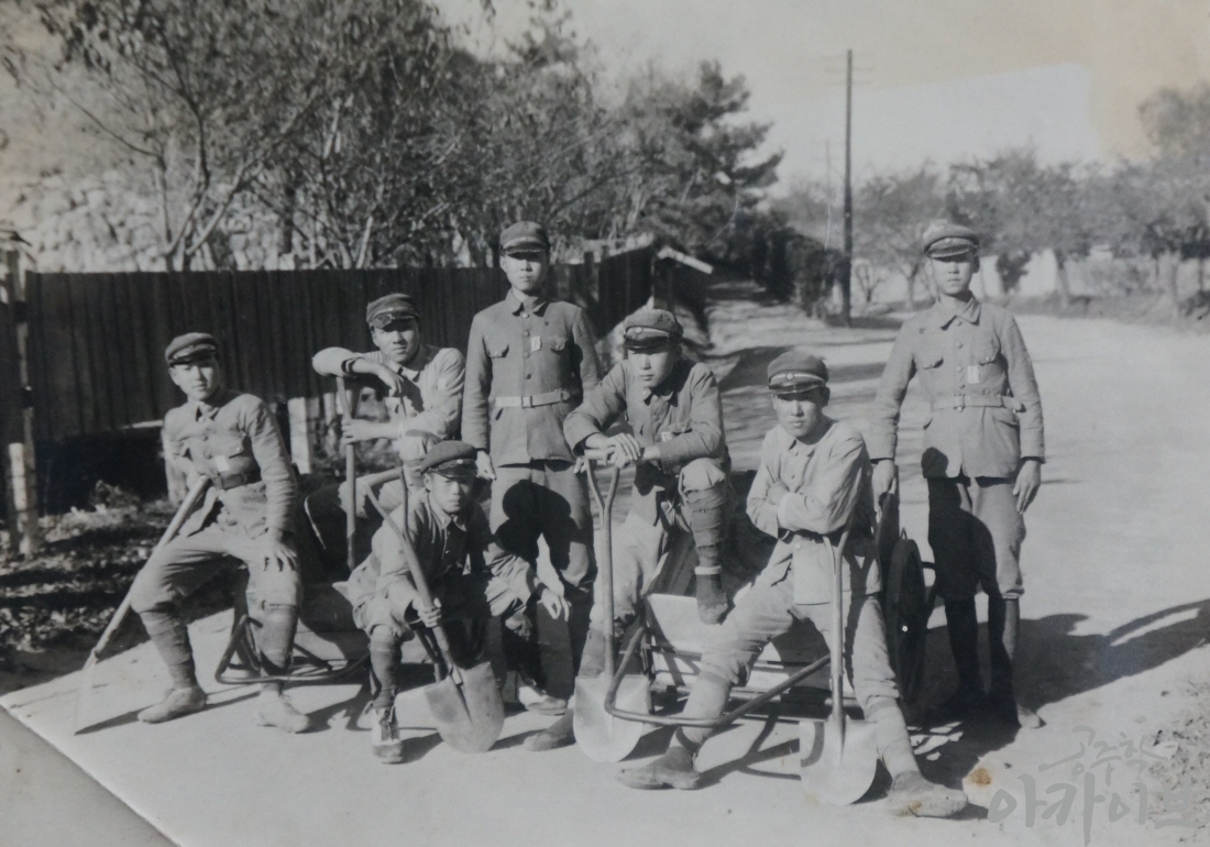 1940년 공주공립고등보통학교 학생들의 계룡면 자원봉사 기념 사진