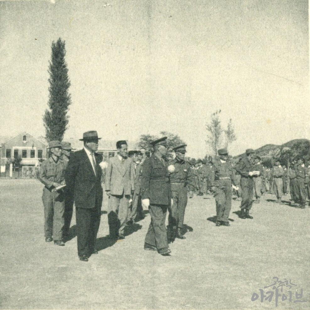 1954년 사대부고 육군 장교 방문 3