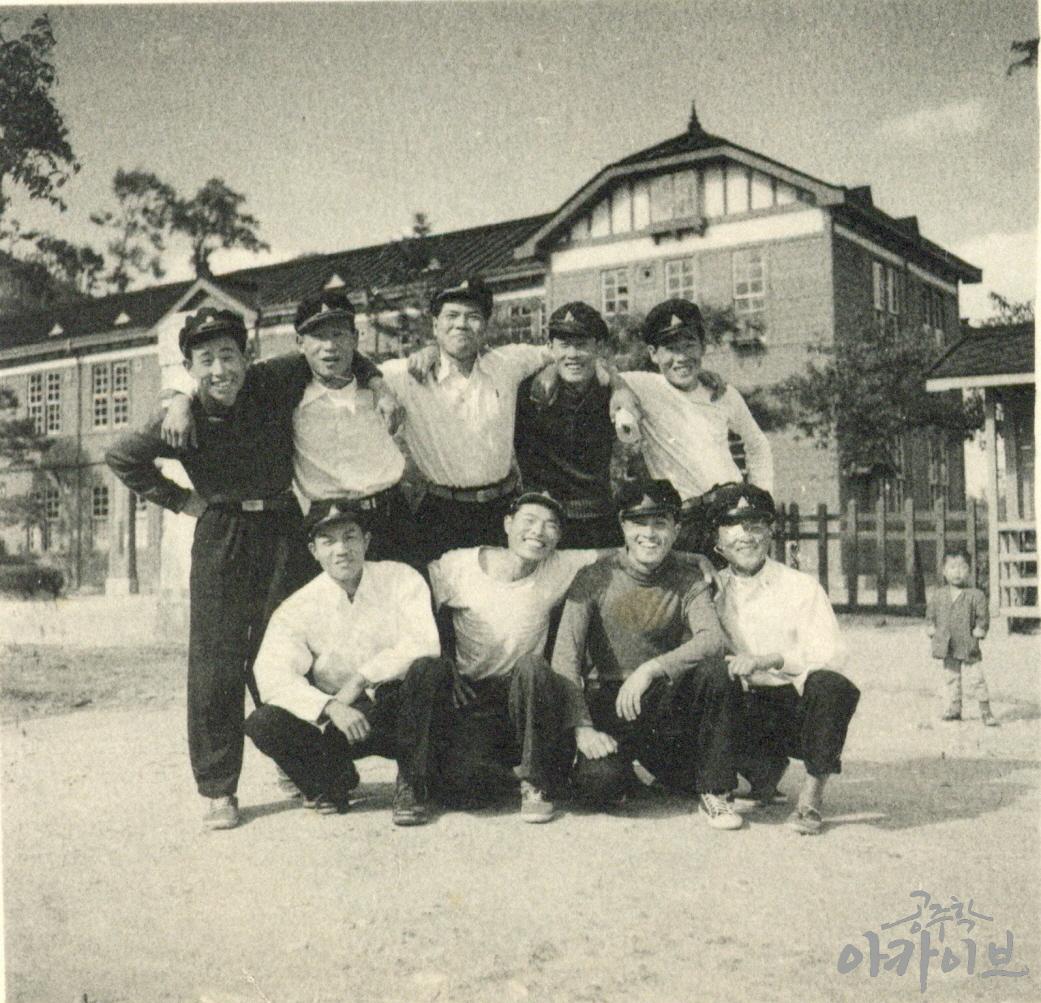1955년 사대부고 졸업사진 - 공주지방법원 정문 앞