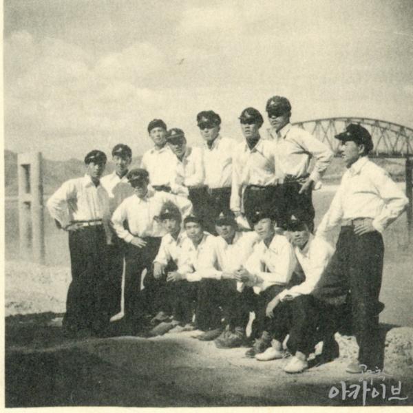 1955년 사대부고 졸업사진 - 금강교를 배경으로 4