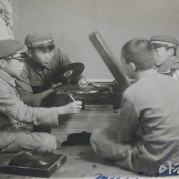 1940년 공주공립고등보통학교 학생들의 음악 감상